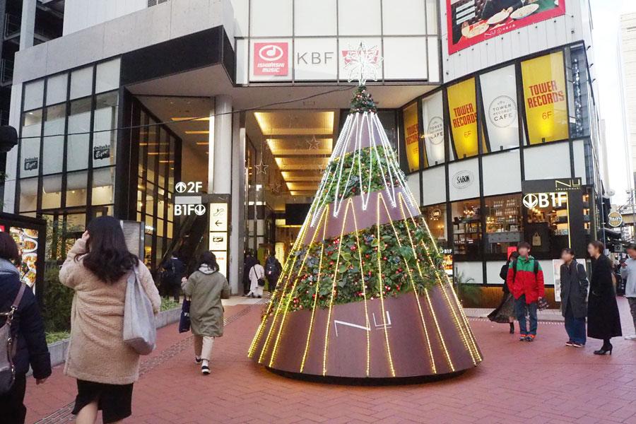 1階エントランスのクリスマスツリー。『瞬き』のBGMに合わせて色が変化