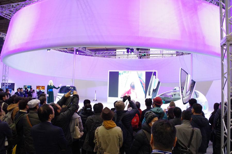未来の愛車「TOYOTA Concept-愛-」シリーズの紹介を熱心に聞き入る来場者ら(8日・インテックス大阪)