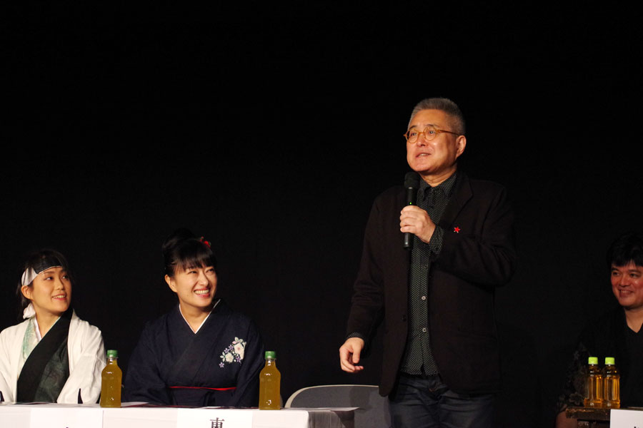 「古典芸能はあまり詳しくない」と打ち明ける東野ひろあきさん(右)や、浪曲師・春野恵子ら