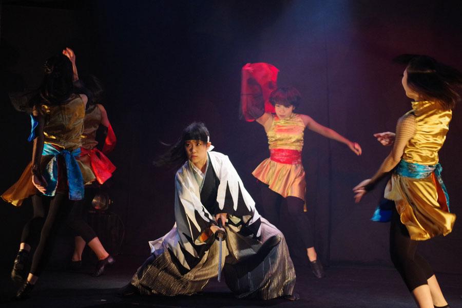 定評のある殺陣に、ダンスや伝統芸などを取り入れてノンバーバル演劇に挑戦する