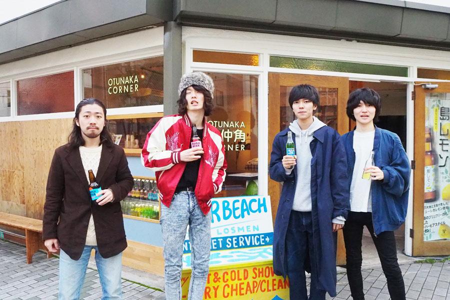 プププランド(左から谷、西村)とThe Songbards(左から上野、松原)はともに神戸を中心に活動(撮影場所:乙仲角OTSUNAKA CORNER)