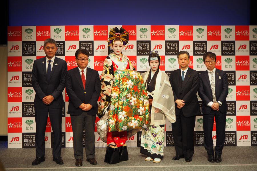 OSK日本歌劇団劇団員・桃葉ひらり(センター左)、虹架路万ら出席者(11月30日、大阪市内)