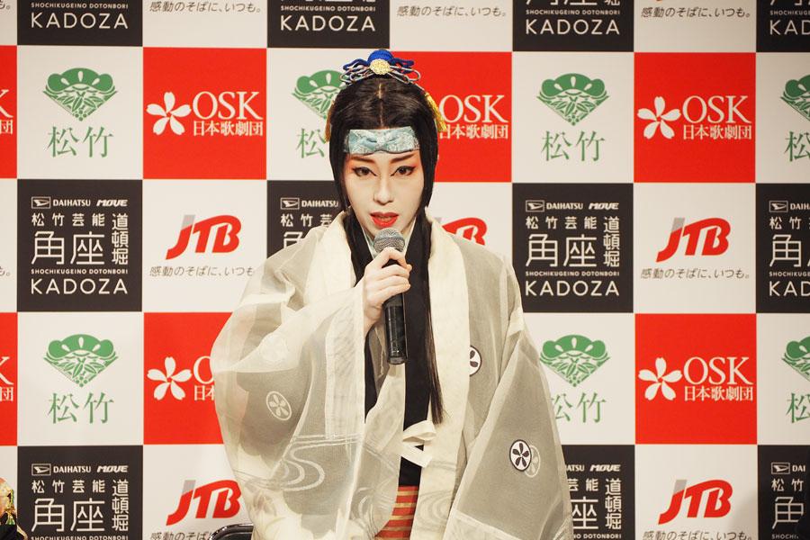 「目、耳、体すべてで楽しめるショーを目指す」と、OSK日本歌劇団劇団員の虹架路万さん