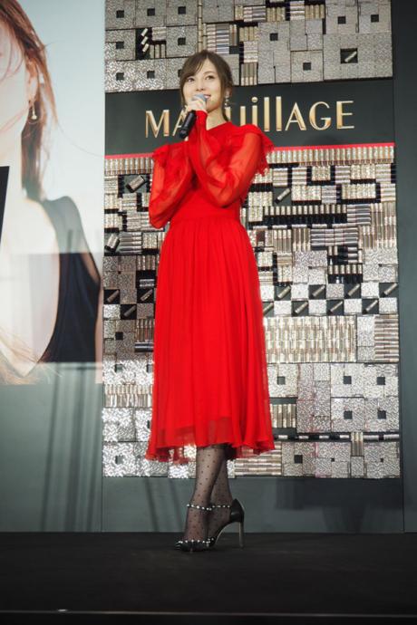 クリスマスらしい赤のドレスで登場した白石は、クリスマスについて「イルミネーションがステキだなと思う」