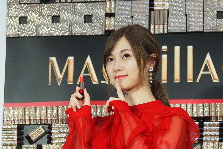 CMでも披露している「しーっ」と唇に人差し指を当てるレディポーズをする白石麻衣(15日、大阪市内)