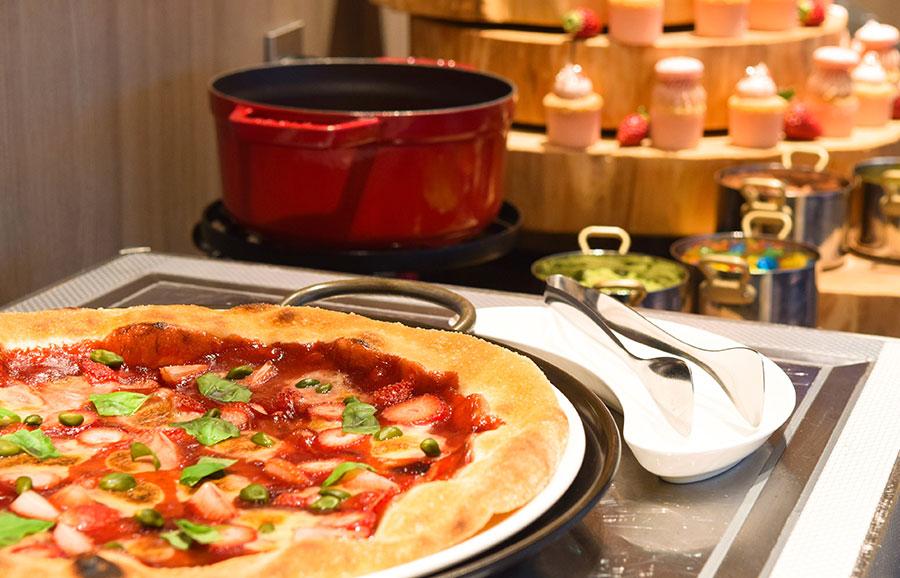 バルサミコのイチゴソースとマスカルポーネをトッピングしたピザも登場