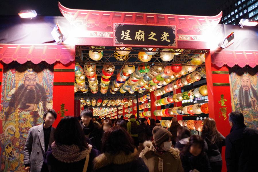 門番である門神が描かれた廟の門も再現されている(14日・大阪市)