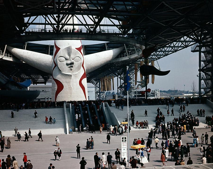 『日本万国博覧会』(1970年)当時のテーマ館の様子。来場者は、地下展示から「太陽の塔」内部・腕を通って、空中展示へ移動した(写真提供:大阪府)