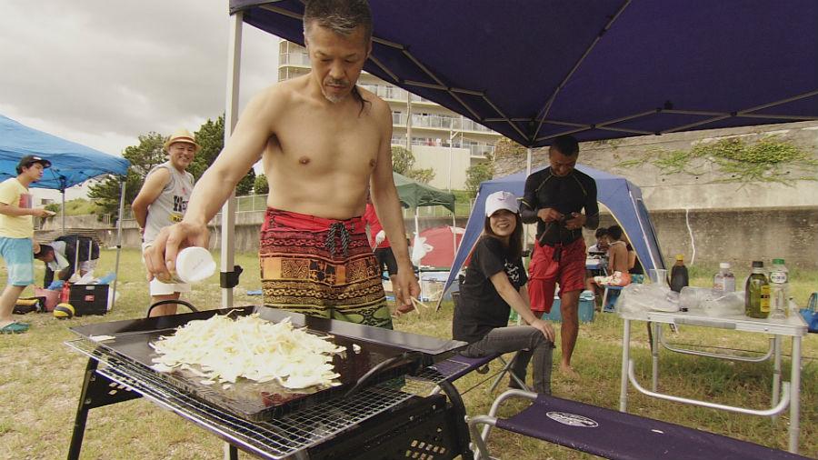 ジムの仲間との毎年恒例のバーベキュー。肉が全く食べられないるみさんの為に辰吉が調理をする