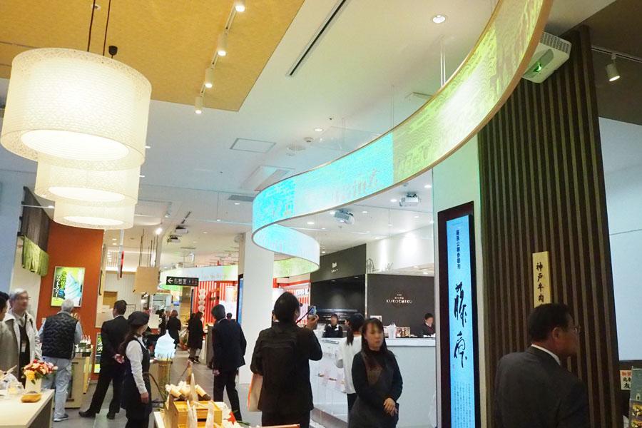 館内の天井には長さ約30メートルのスクリーンが吊され、時代祭の風俗行列の映像が投影されるなど、京都の歴史に触れることができる