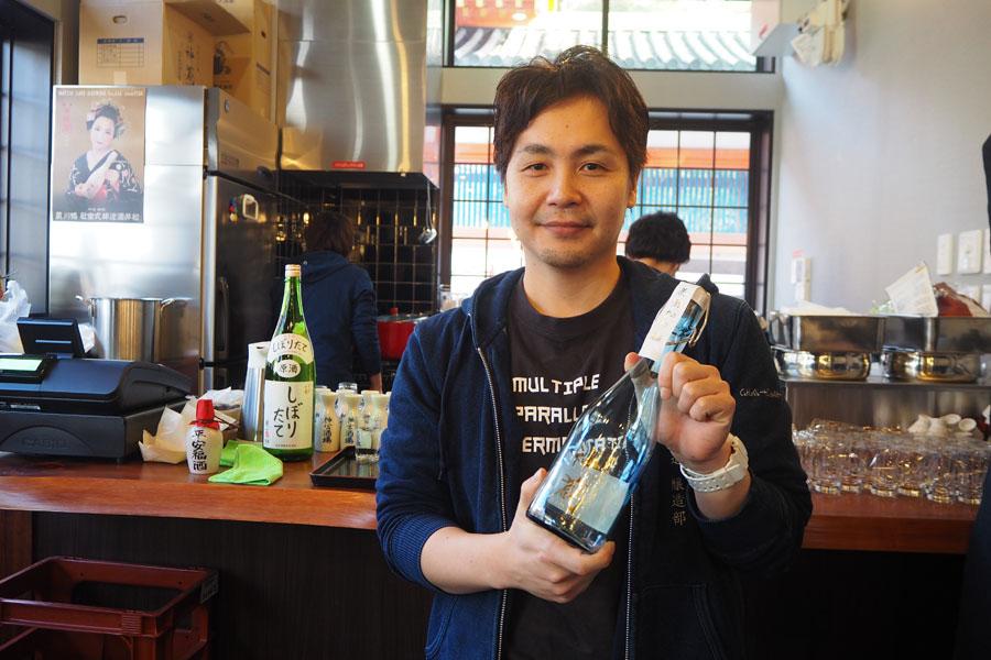 「松井酒造」による日本酒スタンディングバーでは「その日搾った日本酒が飲めたり、蔵に近い直営店だからこそできる」と杜氏の松井成樹さん