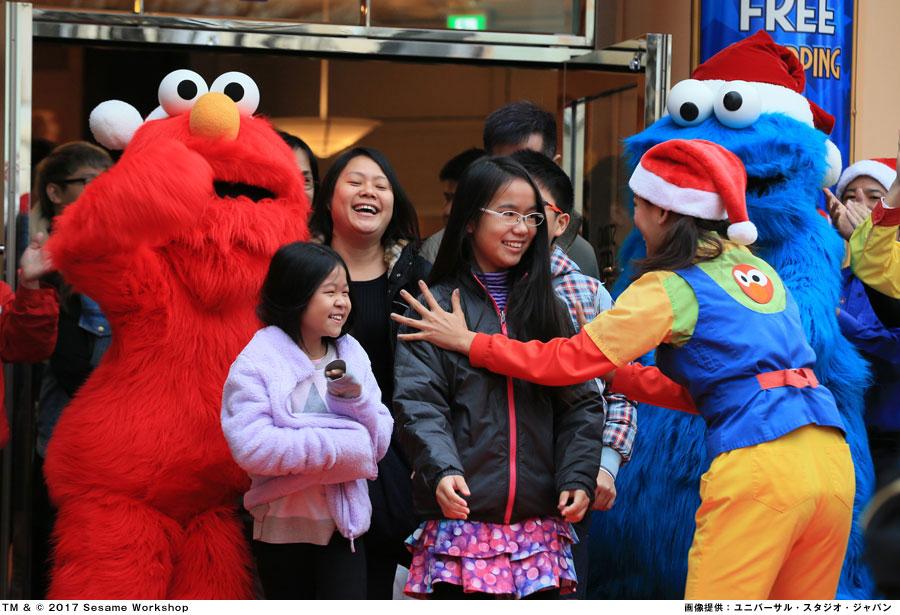 200万人目のゲストは、シンガポールから訪れたオンさんご家族とチャオさんご家族(19日・USJ)