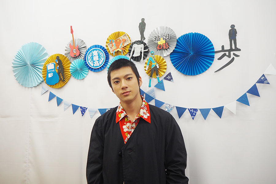 「紀伊國屋書店 グランフロント大阪店」の書店員が作ったという切り絵の前で。これまでに出演した代表作のモチーフで愛情たっぷり!