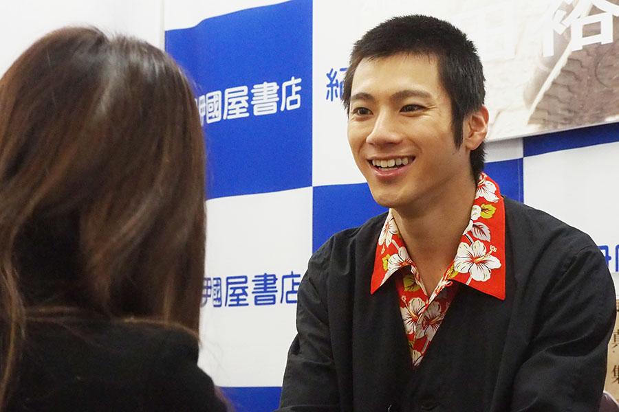 「大阪に来てくださってありがとうございます!」と興奮気味に伝えるファンに対し、「呼んでいただいてありがとうございます!」と笑顔で応える山田裕貴(3日、大阪市内)