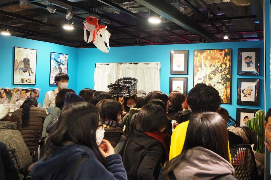 大阪から発売されるグッズが多く、ファンが殺到し大混雑のグッズ売り場