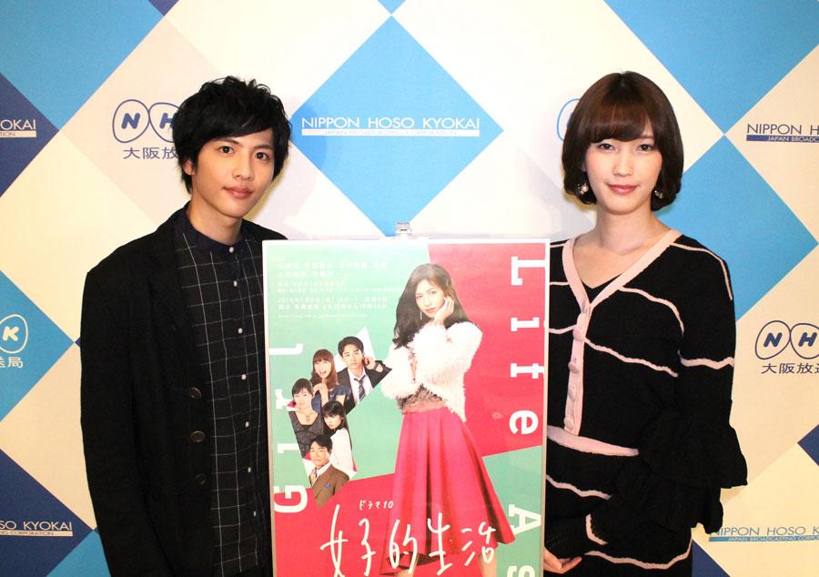 トランスジェンダー役を演じた志尊淳(左)と女性としての所作などを指導した西原さつきさん