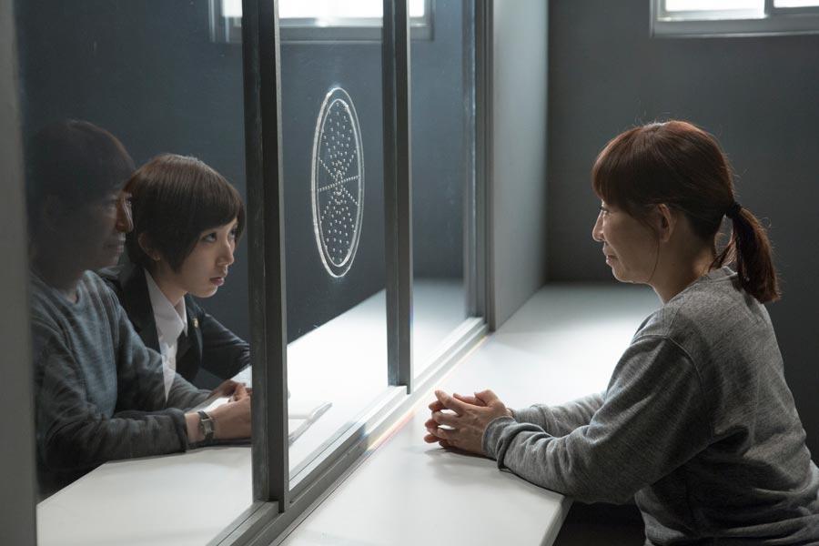 よしえの弁護士役は女優・光宗薫