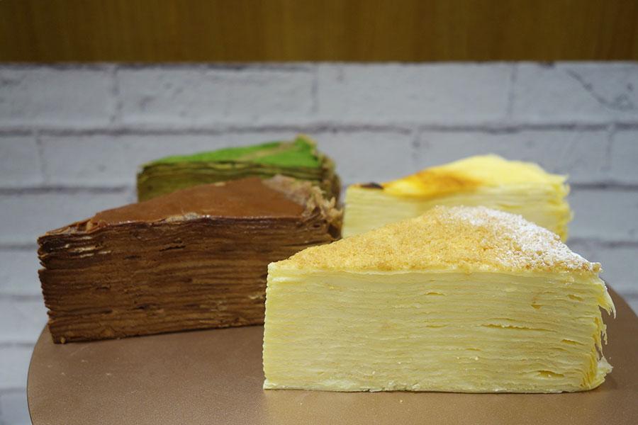 手前から時計回りにミルクレープのプレーン、ダブルショコラ、抹茶ミルクチョコ、クリームチーズ。日持ちする冷凍タイプもある