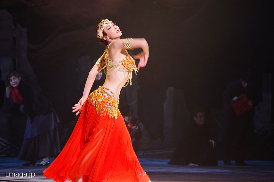 物語の要所で登場するマタを「救った」ジャワの踊り。柚希は表情、指先まで精神を集中させて魅せる