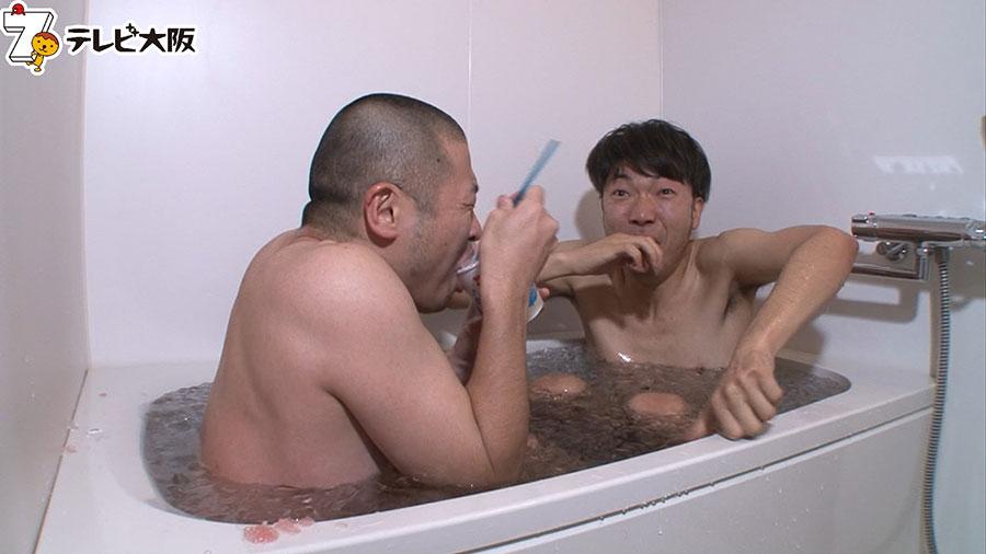 氷風呂で寒さをこらえながら、かき氷