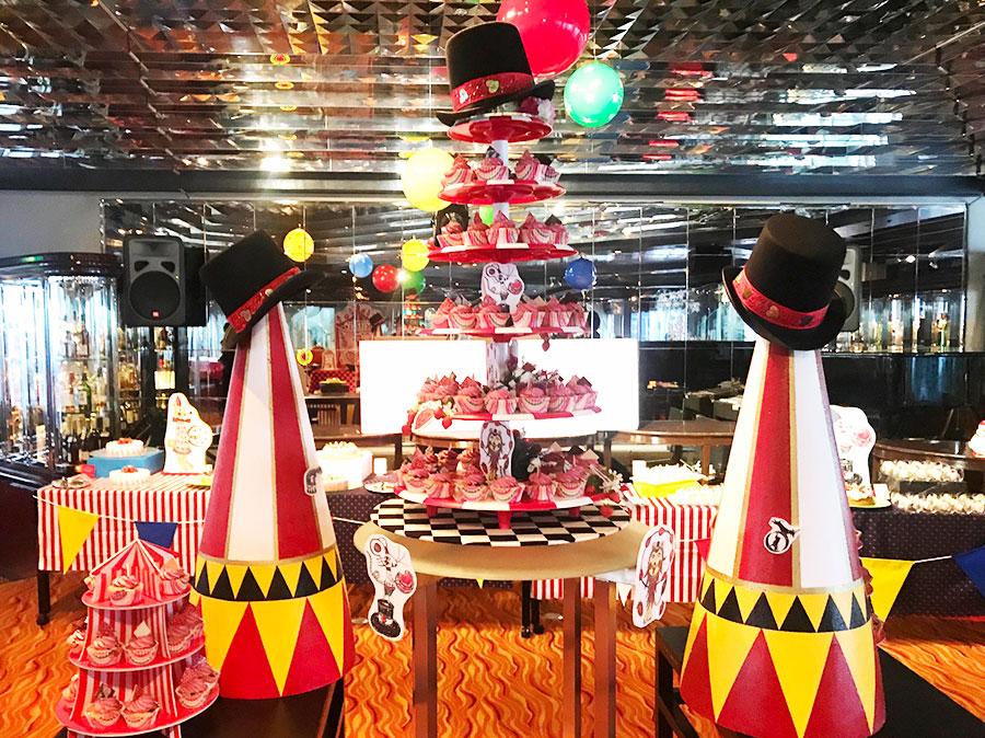 ヒルトン大阪の、サーカスのステージをイメージしたいちごのブッフェテーブル