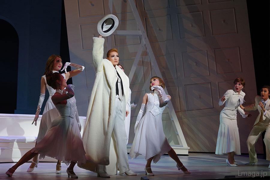 美女4人組のコーラス・ガールに囲まれるなか、オーラを放ちながら歌うエロールの愛月
