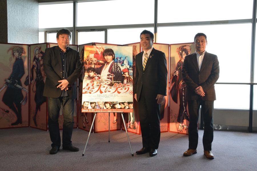 「琵琶湖岸で現代物のないシーンを撮影するのに、地元の方に協力いただいたことが印象に残っている」と話した本広克行監督(左)