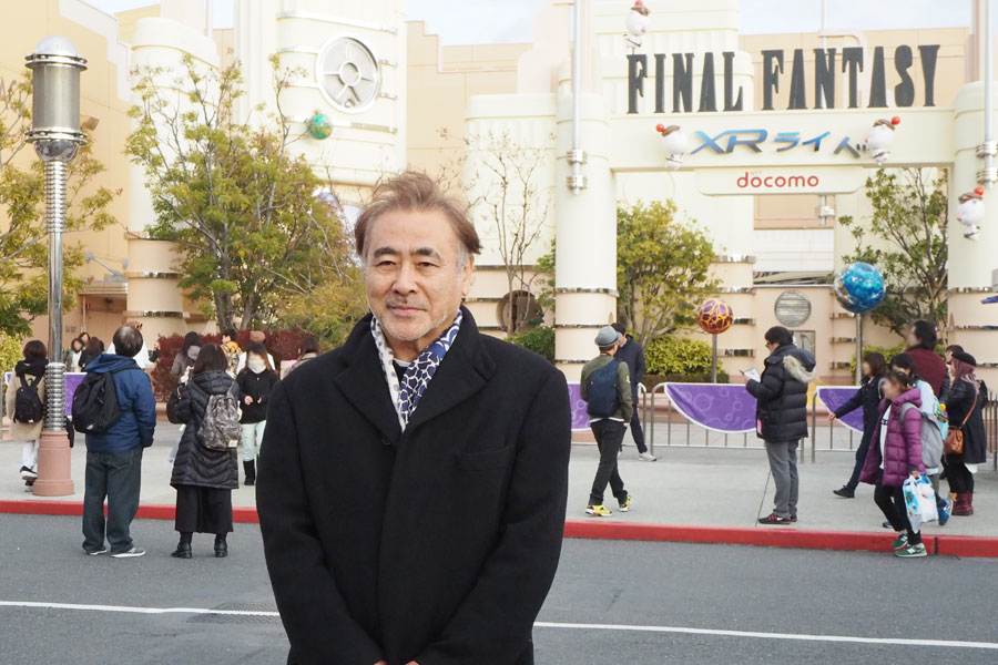 『ファイナルファンタジー XRライド』の前で取材を受ける天野喜孝氏(18日、ユニバーサル・スタジオ・ジャパン)