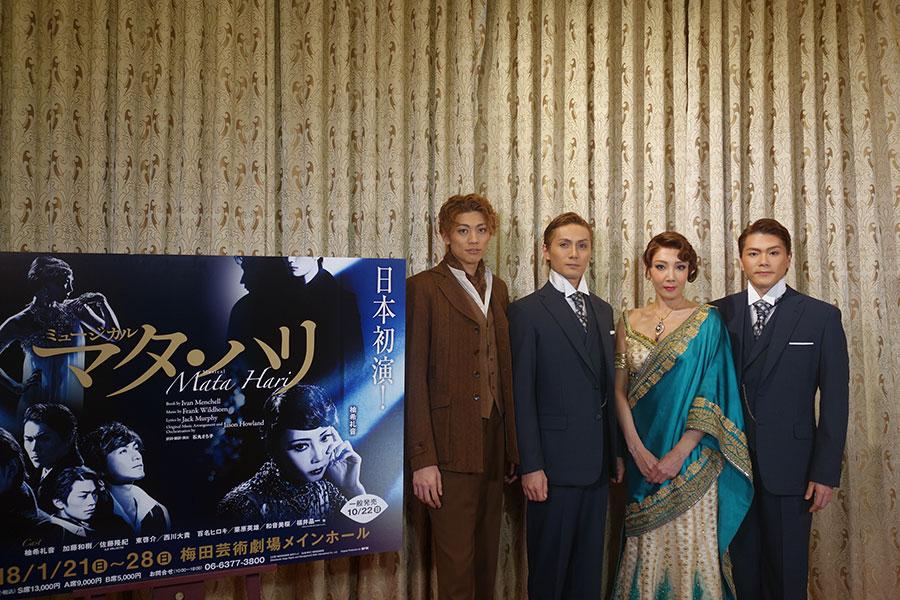 写真左から、東啓介、加藤和樹、柚希礼音、佐藤隆紀。演出の石丸さち子は「戦時下での優しさと残酷さなど、両極面を描きたい」