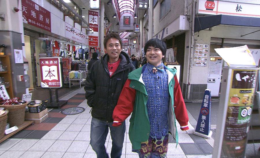 大阪・なんばの道具屋筋商店街を歩く浜田と加藤
