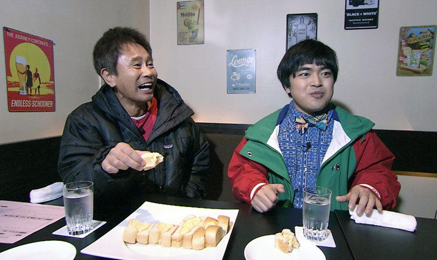 大阪・上本町のおしゃれなカフェでたまごサンドを頬張る浜田と加藤