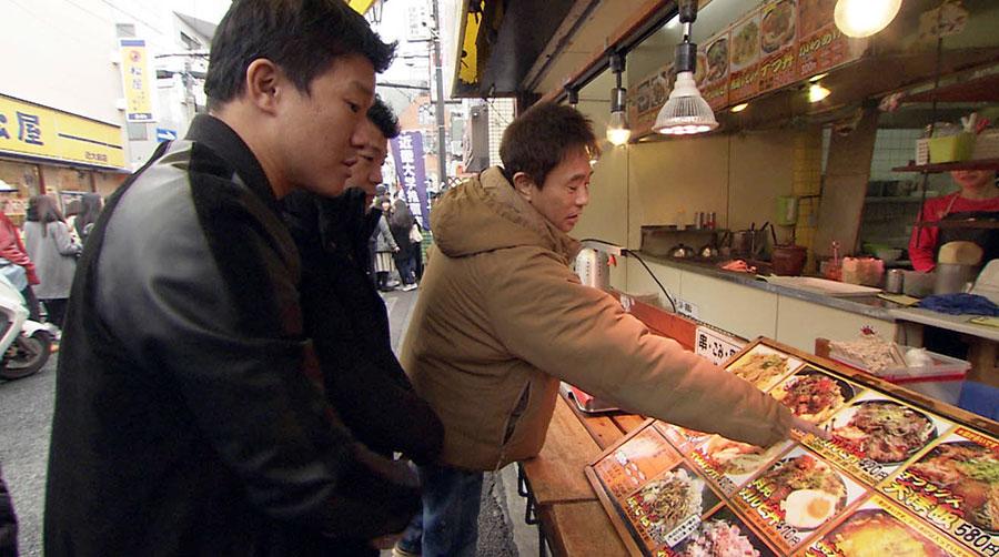 ランチは、近大にしかない、お昼時には行列ができるほど学生に大人気のどんぶりの店で