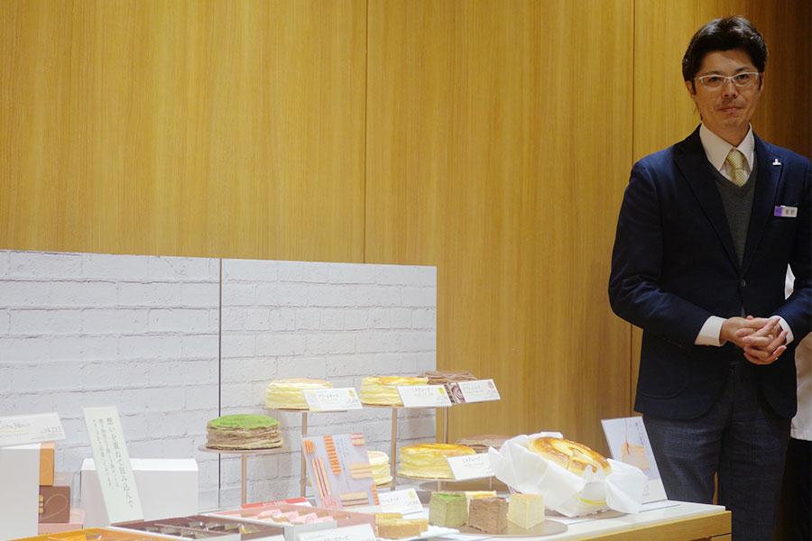 洋菓子・ベーカリー商品部の星野大輔さん。ミルクレープは4種、焼き菓子も登場する