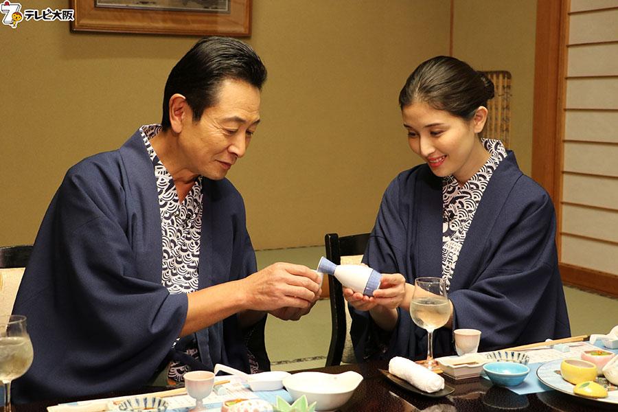 金沢〜氷見の旅では、橋本マナミにお酌してもらう三田村