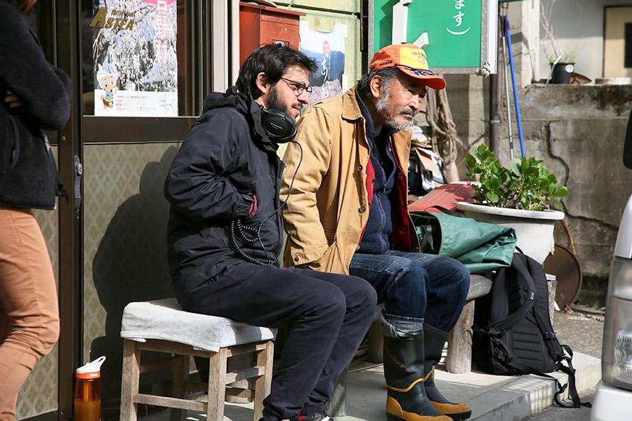 映画『東の狼』撮影現場にて、カルロス・M・キンテラ監督(左)と主演の藤竜也