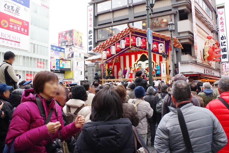 「今宮戎神社」への参詣の道筋に架けられたことから名の付いた「戎橋」。この日は特別に「戎舞台」が登場した