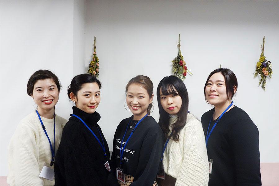 企画に参加した女子大生。左から仮屋小春さん、木村麻友子さん、北口歩実さん、柳谷美夏さん、坂上詩織さん