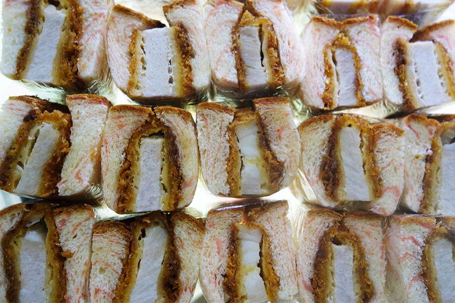 カツサンドのパンにもいちごを練り込んで、ほのかな甘みを楽しめる