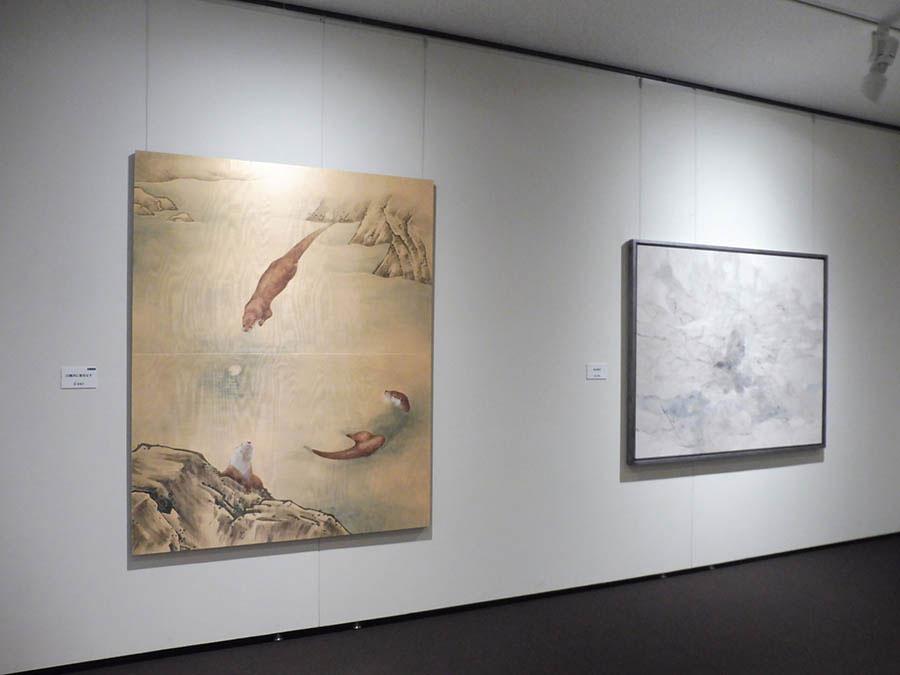左:乾榮里子の《川獺月に愛をなす》(優秀賞) 右:岩井晴香《時の運行》