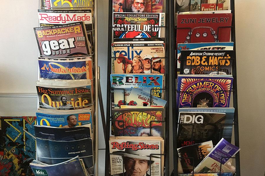 アメリカで買い付けた雑誌や本も豊富に。90年代のパタゴニアやREIといったアウトドアブランドのカタログも
