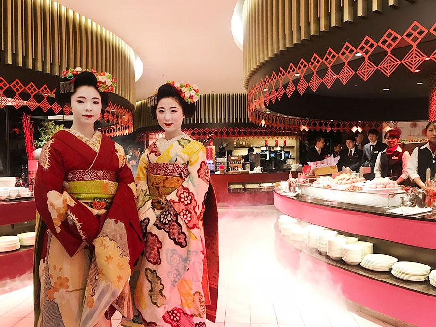 祇園甲部から、豆珠さん(左)と小なみさんの2人の舞妓さんが「おいでやす」と出迎え