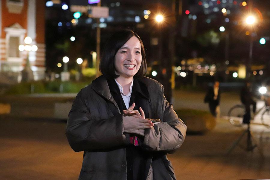 ドラマ『新・ミナミの帝王』のクランクアップで笑顔を見せる奥村佳恵