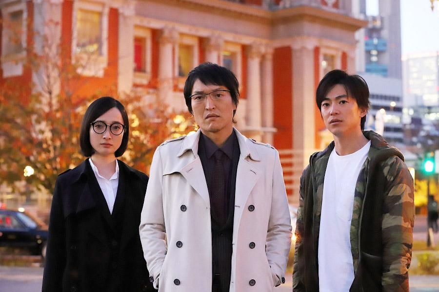 ドラマ『新・ミナミの帝王』より、左から奥村佳恵、千原ジュニア、大東駿介