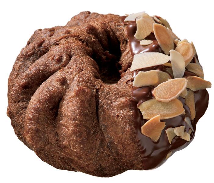 ふんわりとしたココア風味のシュー生地にシナモンパウダー入りのビターショコラホイップをサンド。ベトナム産カカオ豆を使用したミルク風味チョコレートをコーティングした上に、ローストしたスライスアーモンドをトッピングした「シューショコラ アーモンド(183円)」