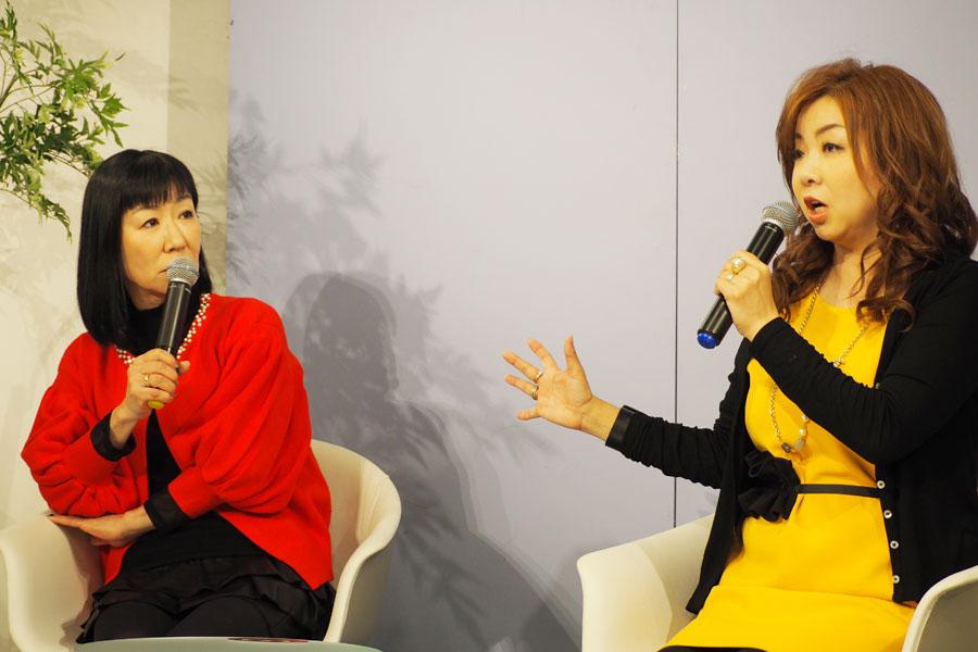 「大塚家具は大金持ち同士が結婚するときの厳かな家具ってイメージがあったけど、かわいいものもいっぱいあってびっくり」と話すリンゴ(左)とモモコ(13日、大阪市内)