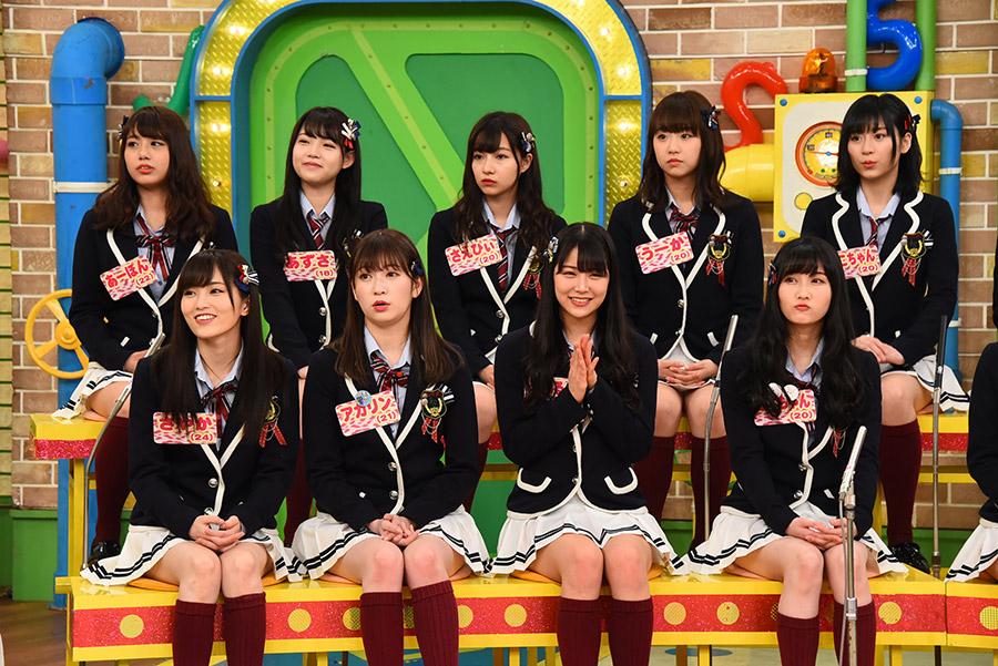 松井一郎大阪府知事の解説を聞くNMB48のメンバーたち