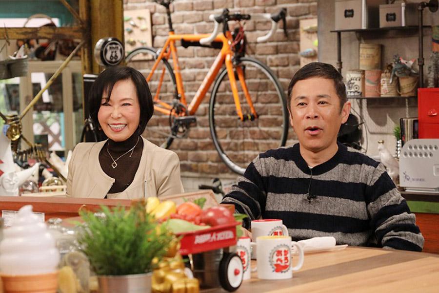 相撲界の騒動について語ったタレントの藤田紀子(左)