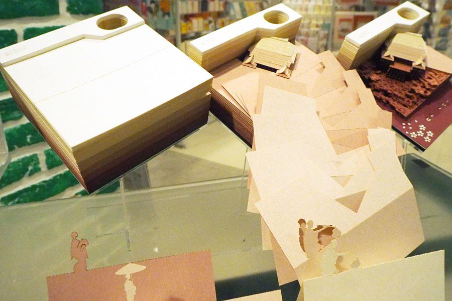 使用するたびにブロックから作品が現れる。途中の紙にも舞妓さんなど細かい装飾が