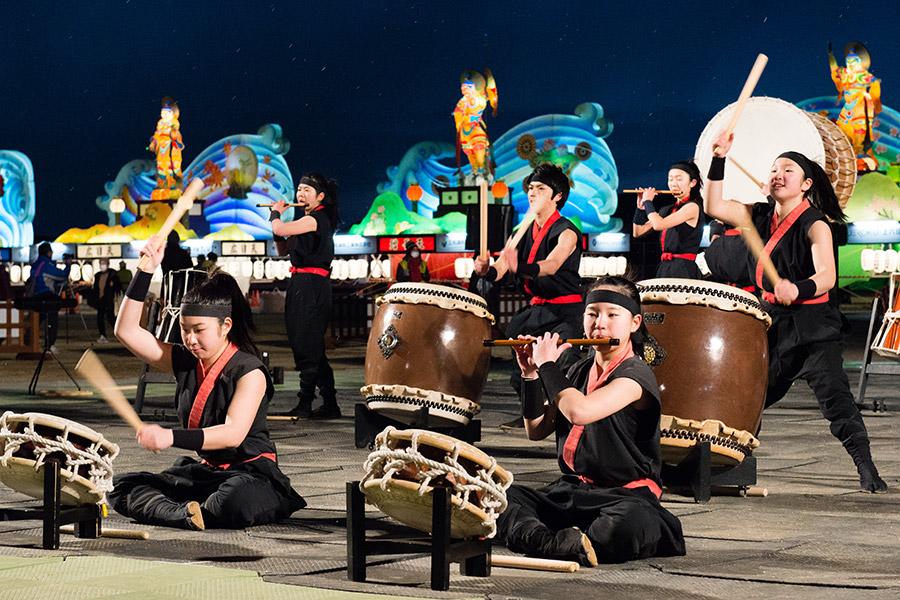 奈良朱雀高校和太鼓部の、一糸乱れぬ迫力のステージ(26日・奈良市内)
