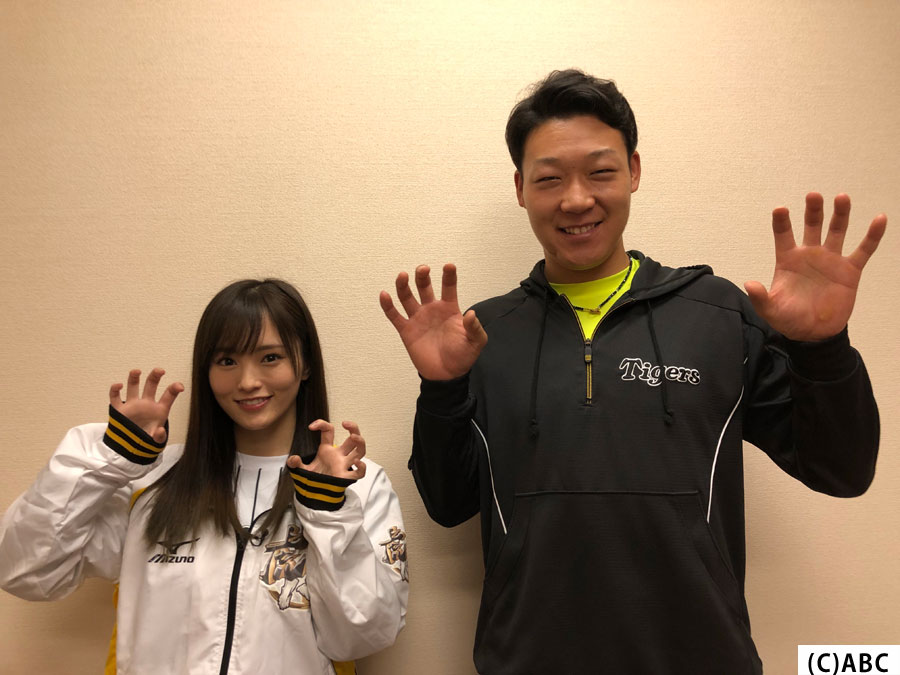 (左から)NMB48・山本彩、大山悠輔選手
